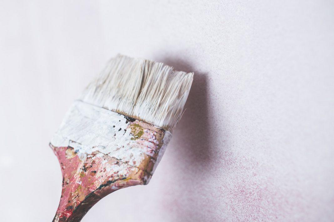 Brugt pensel maler væg hvid