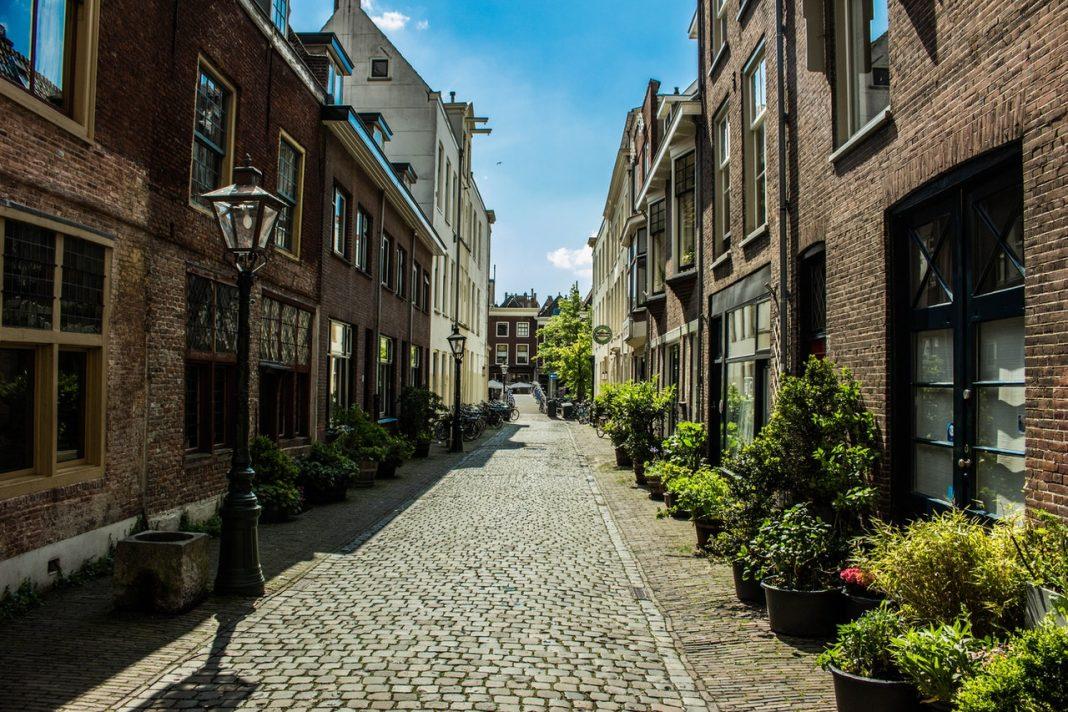 Hyggelig gade med brosten