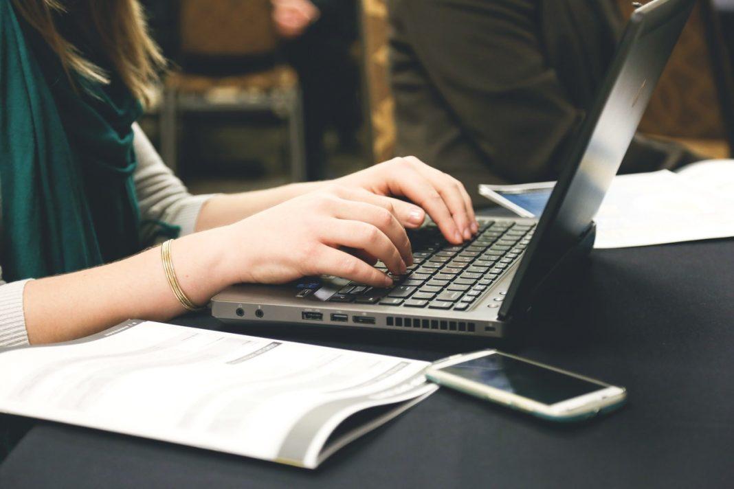 kvinde taster på tastatur