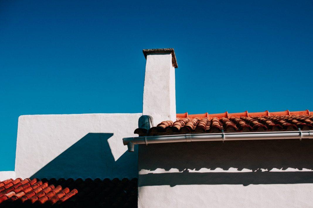 Flot orange tag ovenpå hvid bygning