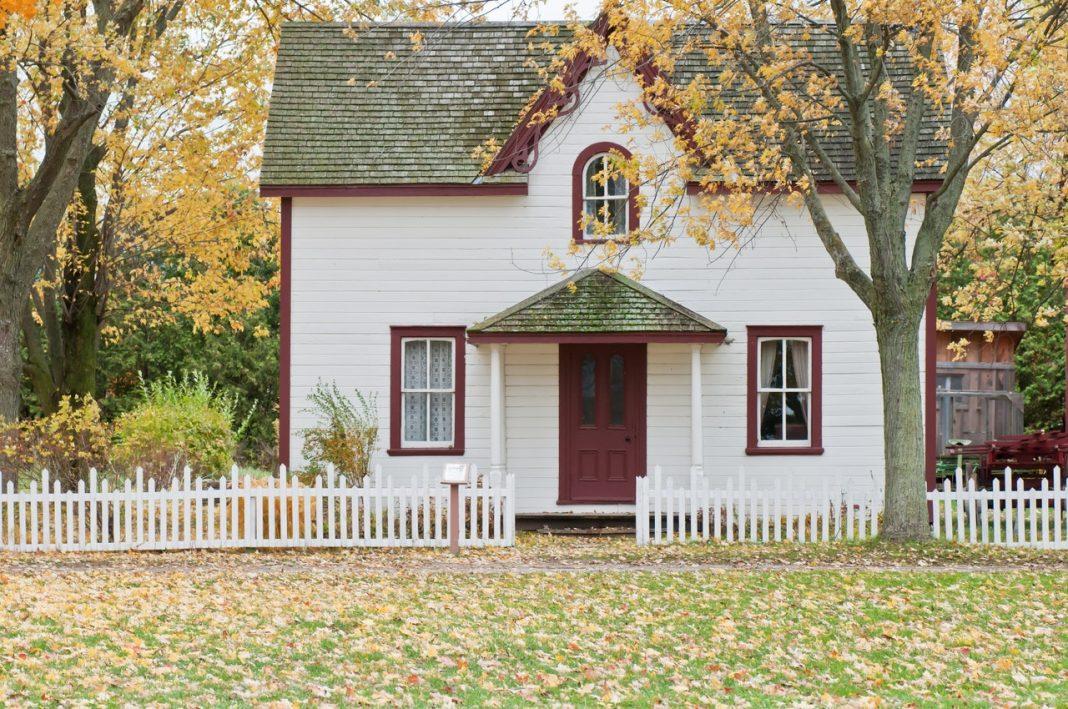 Hus i efterårslandskab