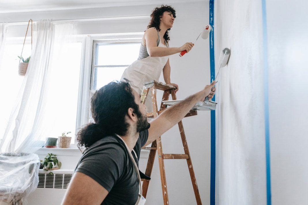 Mand og kvinde maler væg sammen